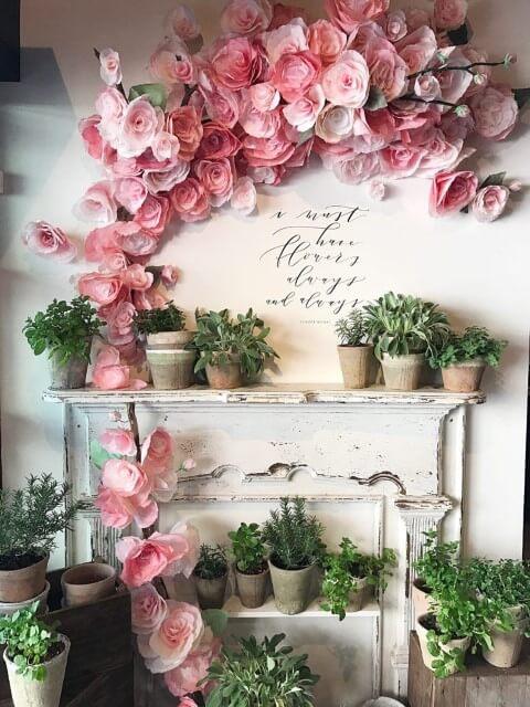 Decoração com flores de papel em parede