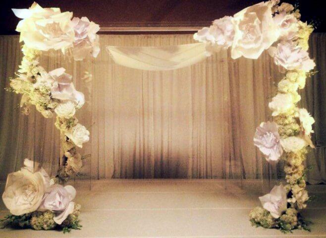 Decoração com flores de papel em recepção