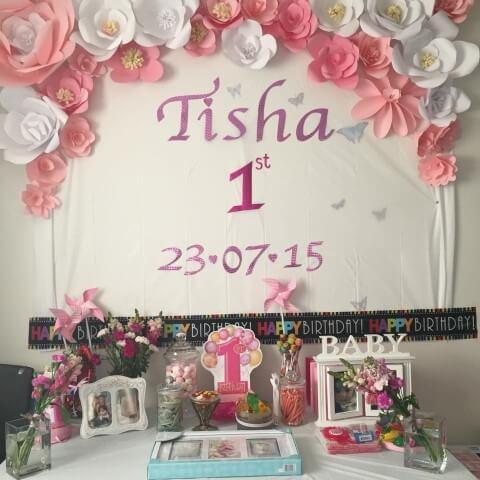 Decoração com flores de papel rosa em aniversário