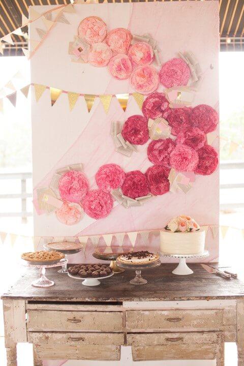 Decoração com flores de papel rosa