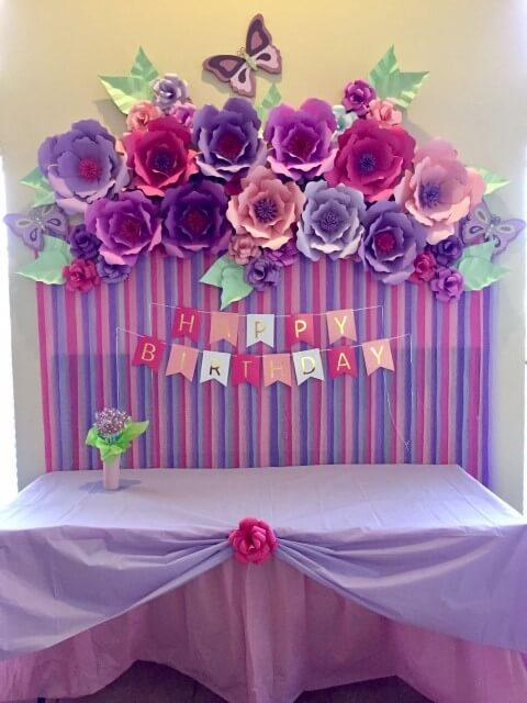 Decoração com flores de papel roxas