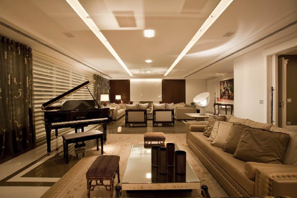 Em uma decoração mais sofisticado inclua puff para sala com design clássico