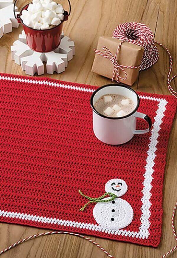 Entre no clima natalino investindo em um jogo americano de crochê com desenho de bonequinho de neve