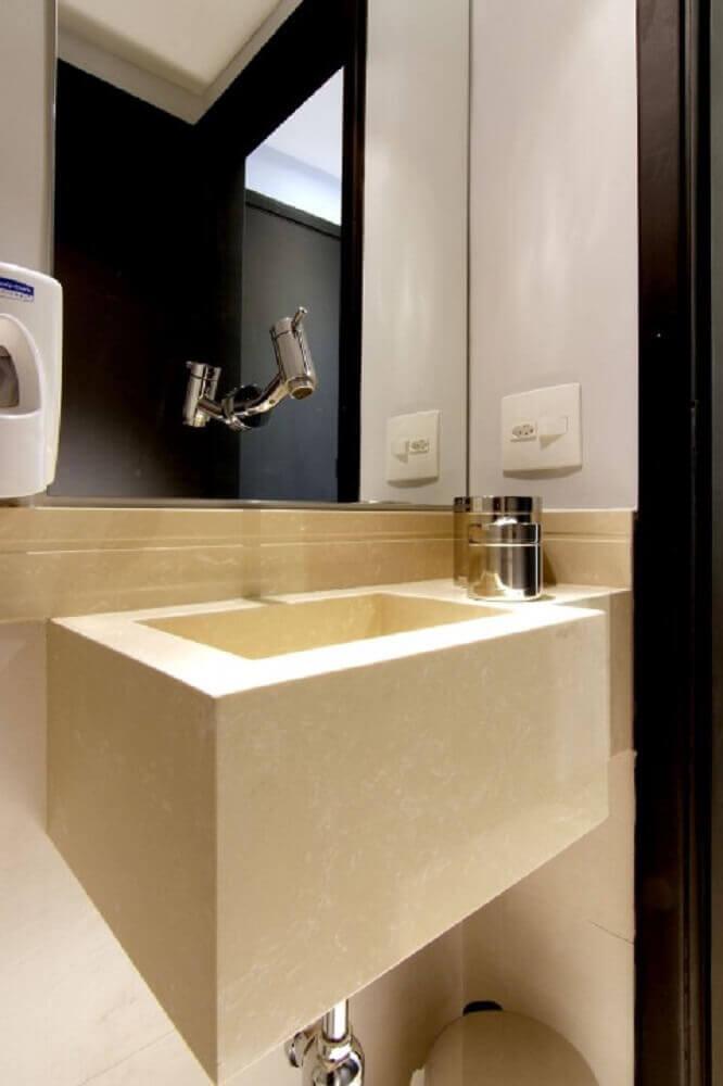 banheiro com torneira instalada no espelho na parede