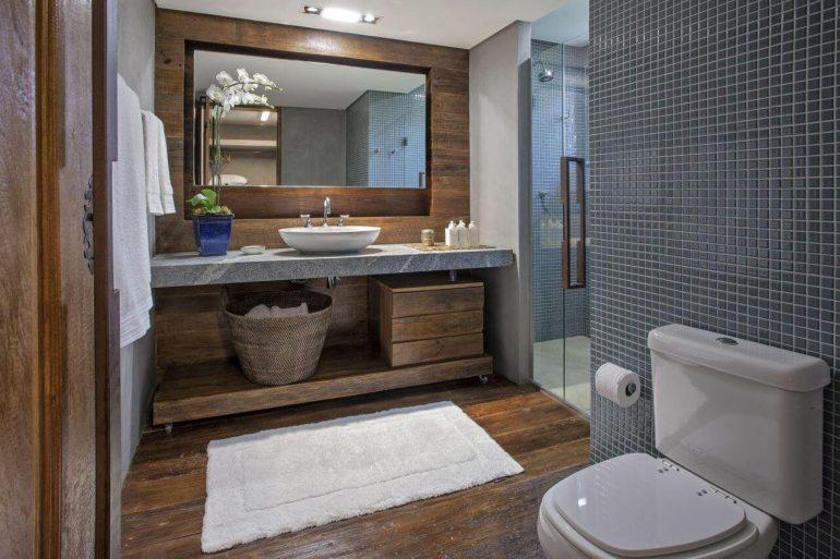 Esse modelo de banheiro com pastilha recebeu bastante toque de madeira para trazer sensação de conforto no ambiente