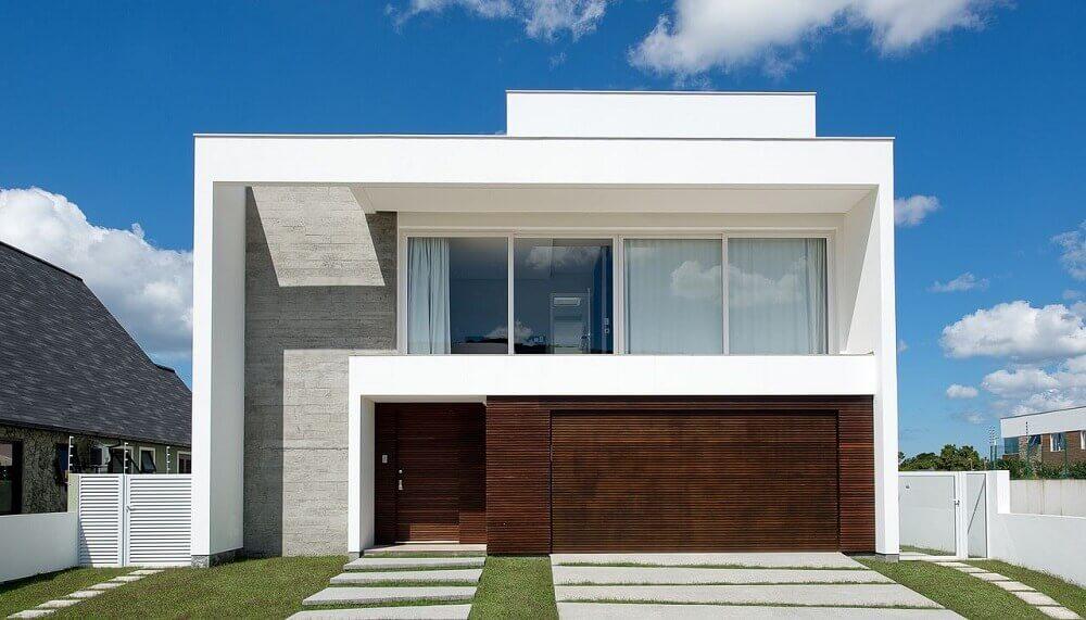 Fachada de casa moderna com revestimentos diferentes
