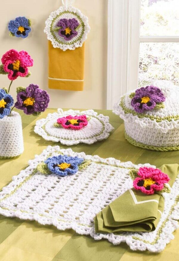 Flores por toda a parte com esse jogo americano de crochê