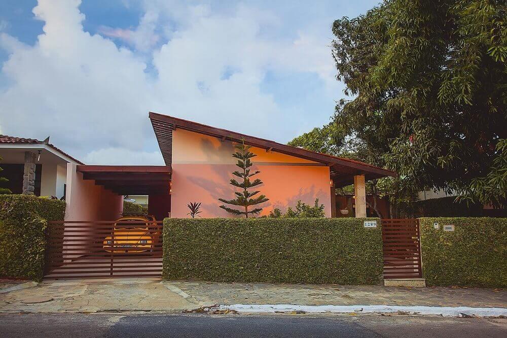Frente de casas com muro verde