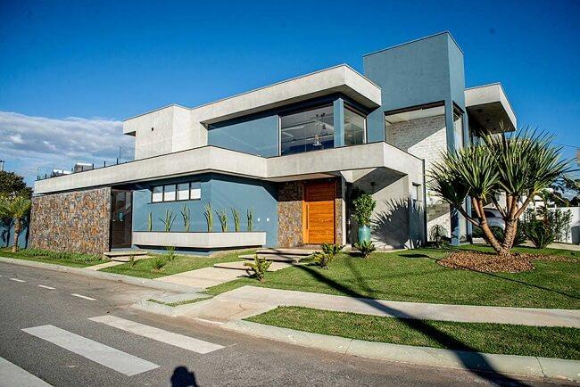Frente de casas com parede azul