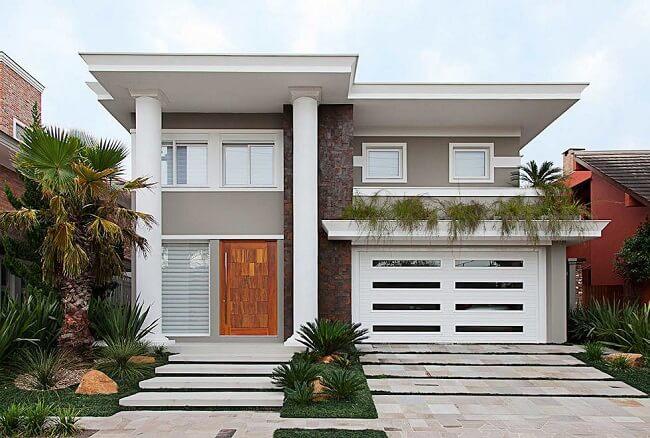Frente de casas com pintura clara