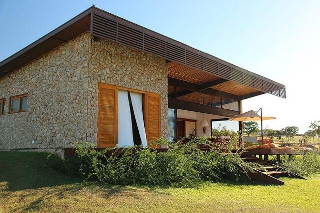 Frente de casas com revestimento de pedras