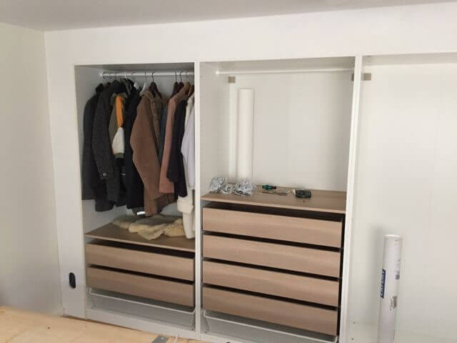 Guarda-roupa de gesso aberto com roupas