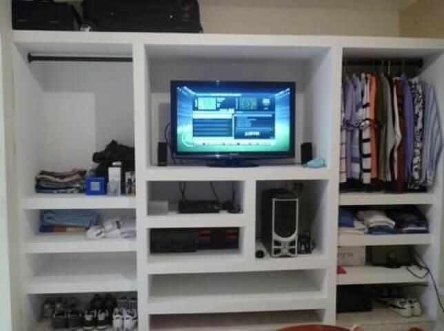 Guarda-roupa de gesso com TV