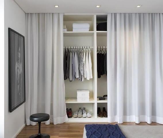Guarda-roupa de gesso com cortina