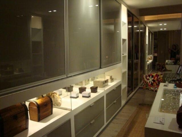Guarda-roupa de gesso com porta de vidro Projeto de Ana Cinthia Lopes