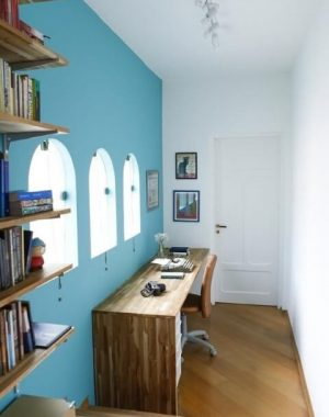 Home office com paredeazul Tiffany Projeto de Buji