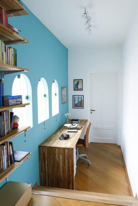 Home office com paredeazul Tiffany Projeto de Buji