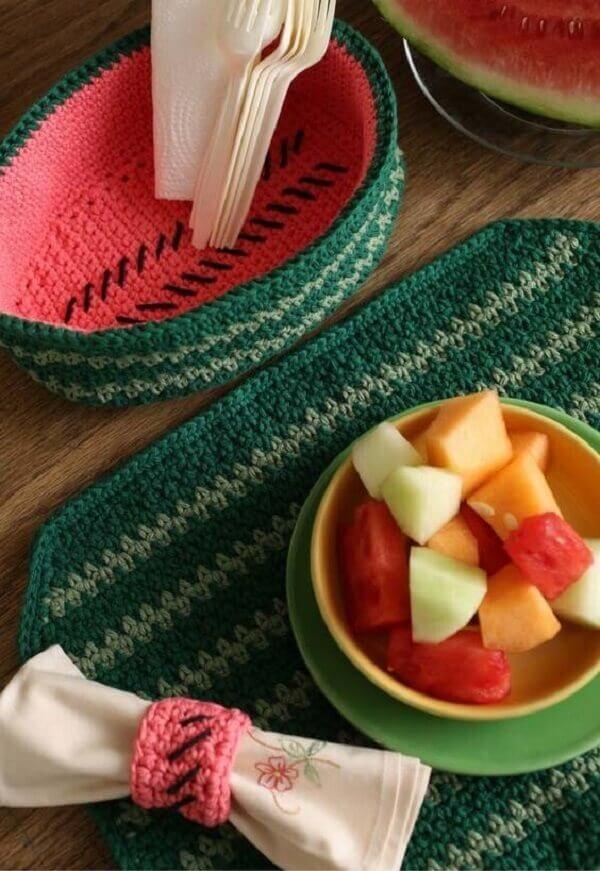 Jogo americano de crochê com design inspirado em melancia