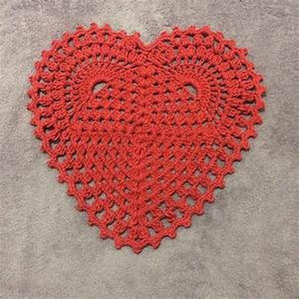 Jogo americano de crochê em formato de coração