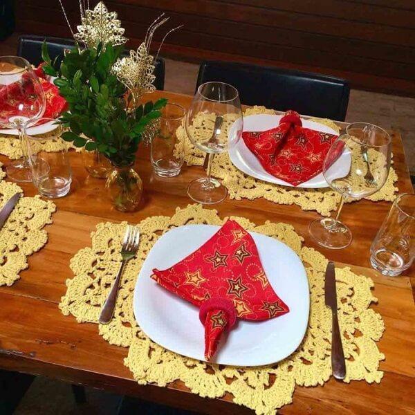 Jogo americano de crochê em tom de amarelo para mesa natalina