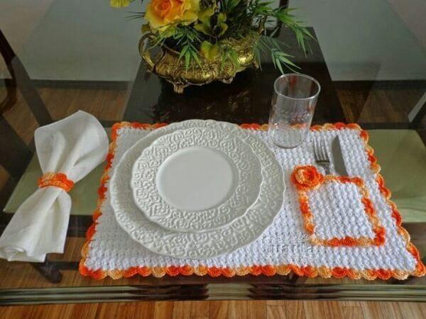 Jogo americano de crochê em tons de branco e laranja com suporte para talheres
