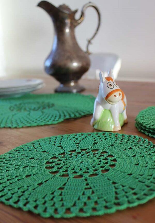 Jogo americano de crochê redondo em tom de verde