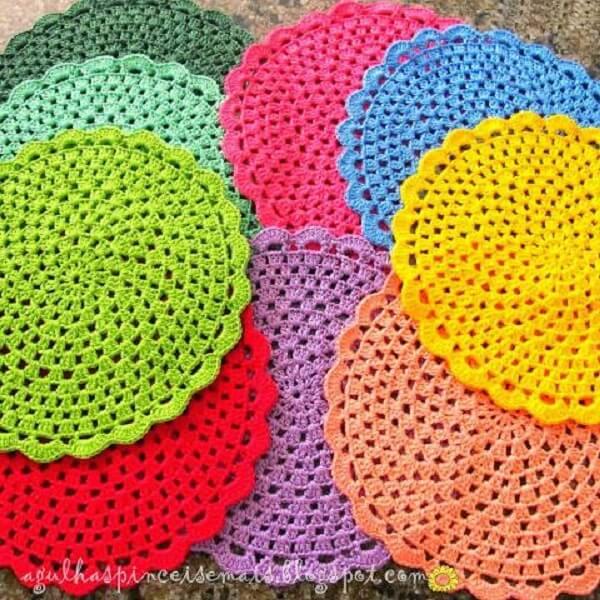 Mais cor por favor com esse jogo americano de crochê