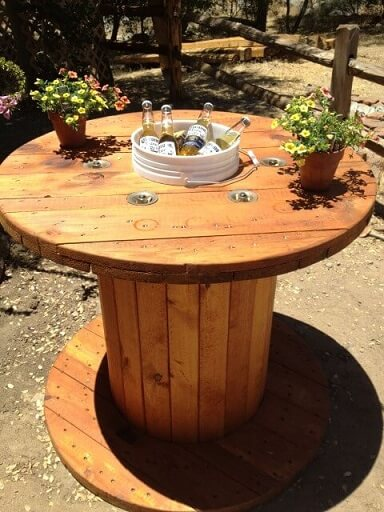 Mesa de carretel com balde para bebidas