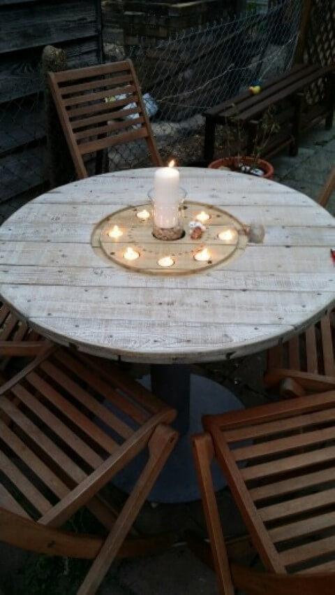 Mesa de carretel com espaço para velas