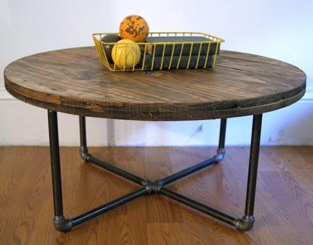 Mesa de carretel com estrutura de canos