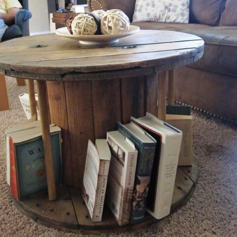 Mesa de carretel com estrutura para livros