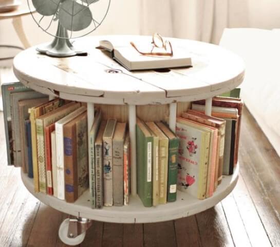 Mesa de carretel com livros