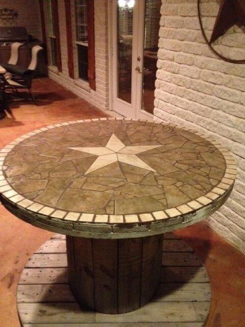 Mesa de carretel com mosaico