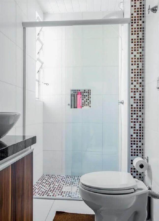 Modelo de banheiro pequeno com revestimento de pastilha