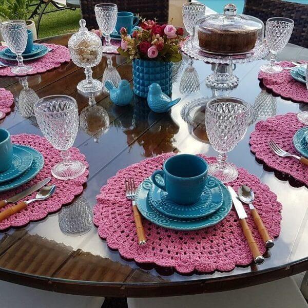 Modelo de jogo americano de crochê em tons de rosa