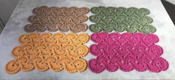 Modelos de jogo americano de crochê colorido
