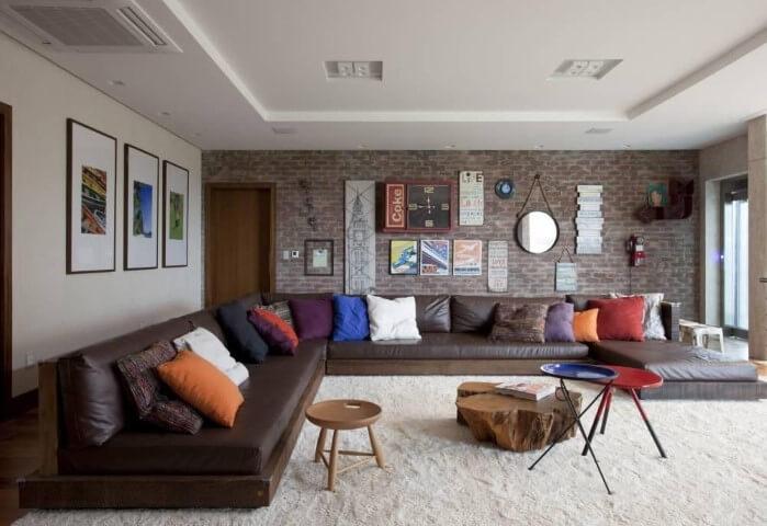 Modelos de sofá de canto marrom Projeto de Juliana Pippi