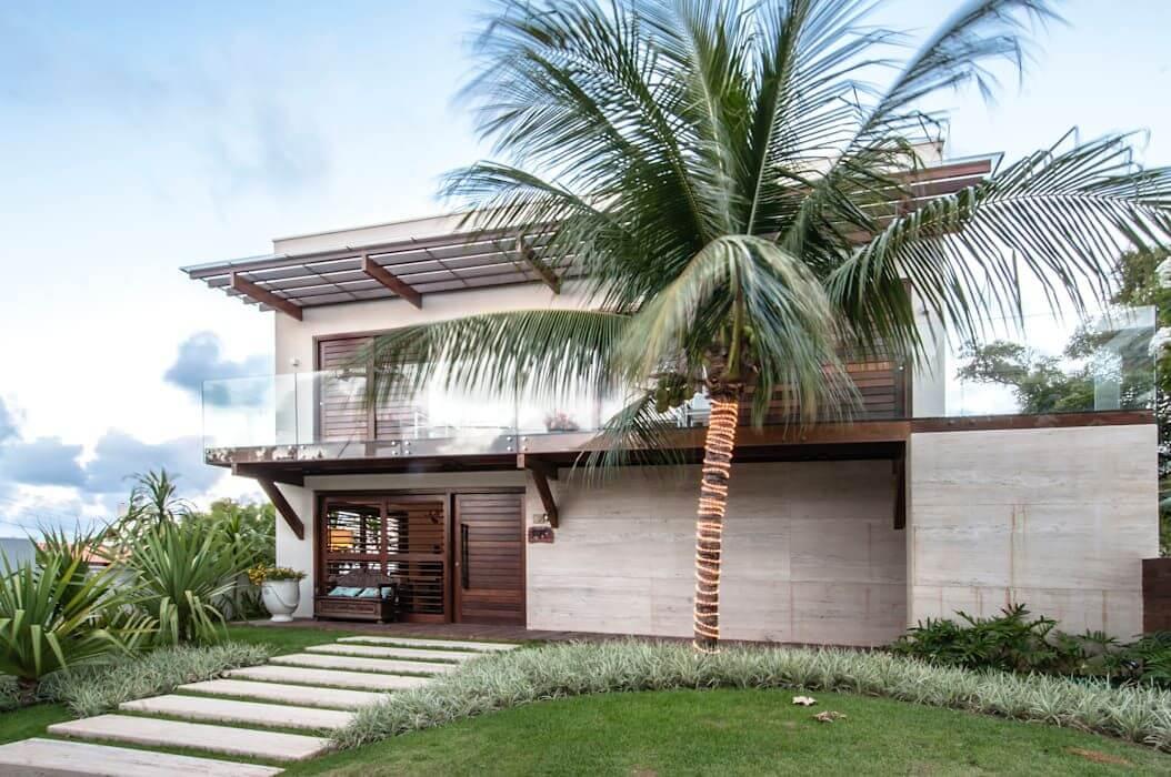 O coqueiro se destaca no jardim da casa