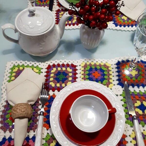 O jogo americano de crochê colorido pode ser o protagonista da mesa