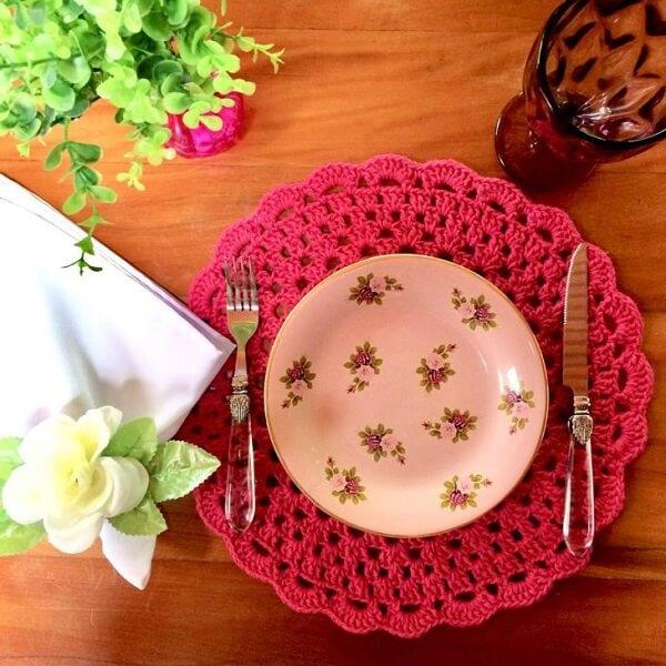 O jogo americano de crochê rosa deixa a mesa linda e charmosa