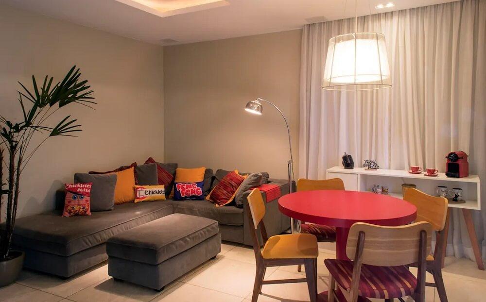 O puff para sala segue a mesma roupagem de tecido do sofá
