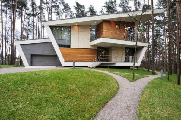 Parede revestida com madeira e piso de pedra cinza para frente de casas