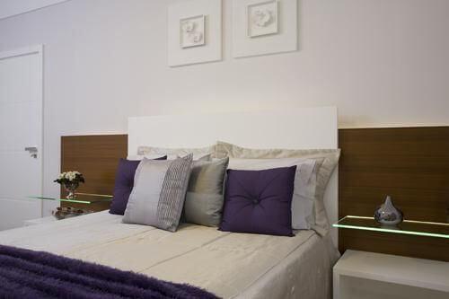 Prateleira de vidro aos lados da cama Projeto de Sandra Sanches