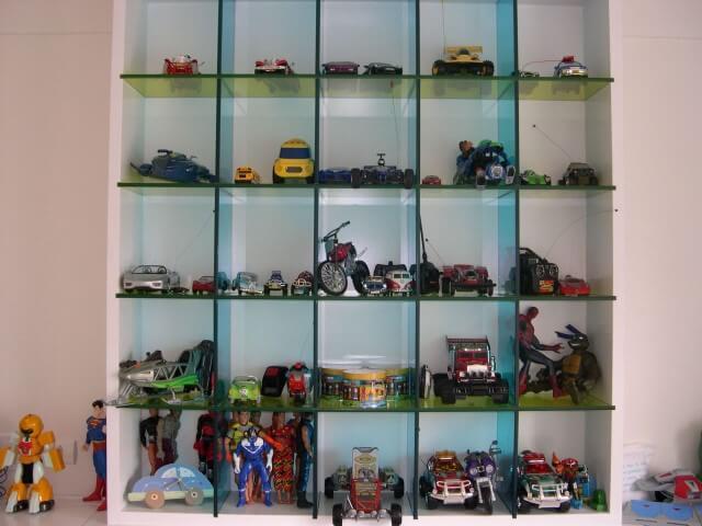 Prateleira de vidro com brinquedos Projeto de Brunete Fraccaroli