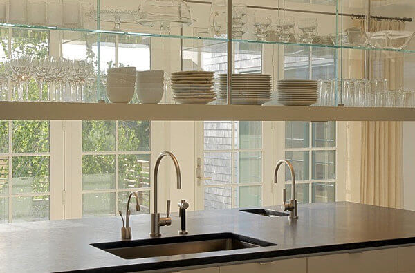 Prateleira de vidro com louças diversas
