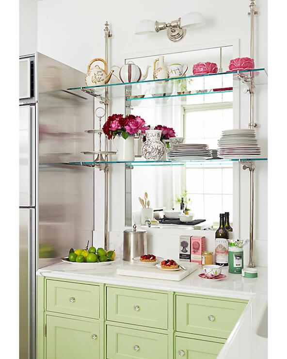 Prateleira de vidro com louças e objetos decorativos