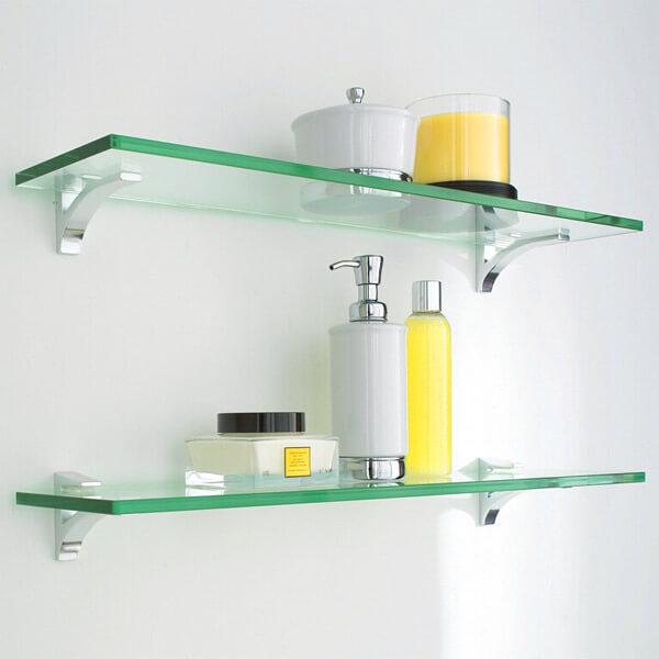 Prateleira de vidro em banheiro