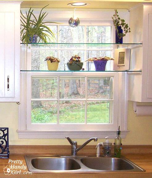 Prateleira de vidro em cima da pia