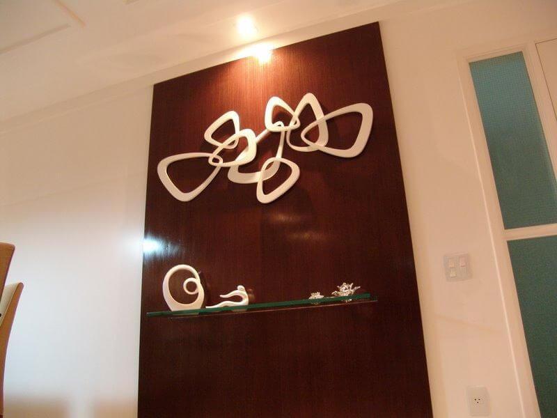 Prateleira de vidro em painel de madeira Projeto de Leandro Loureiro