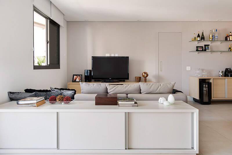 Prateleira de vidro em sala de TV Projeto de Juliana Conforto